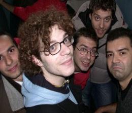 Sembra una foto piacevole, ma non lo è affatto: Paolo e altri giornalisti del settore sono imprigionati in un ascensore a Parigi, negli studios di Ubisoft (2002 circa)