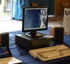 """A Pianeta Amiga 2009, Paolo si è presentato con il suo PC AROS con un Amiga 1200 come tastiera """"convertito"""" con un'apposita scheda. Lo usa tuttora come tastiera del suo computer principale"""